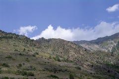La regione del nord di Caucaso Elbrus, bianco si appanna il cielo blu Immagini Stock