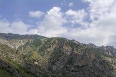 La regione del nord di Caucaso Elbrus, bianco si appanna il cielo blu Fotografia Stock