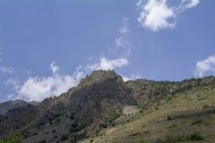 La regione del nord di Caucaso Elbrus, bianco si appanna il cielo blu Fotografia Stock Libera da Diritti