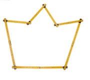 La regla de plegamiento aislada, regla amarilla del ` s del carpintero con centímetros numera Imagen de archivo