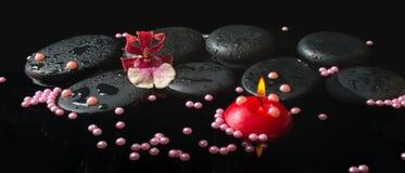 La regolazione della stazione termale del fiore e della perla di cambria dell'orchidea borda, pietre di zen Fotografie Stock Libere da Diritti