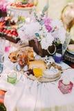 La regolazione della tavola di nozze C'è un bordo di legno in pieno dei tipi differenti di formaggi ed è disposto vicino ai vasi  Fotografia Stock Libera da Diritti