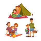 La regolazione di picnic con le coppie di riposo del barbecue del canestro del paniere di alimento fresco ed il pasto dell'estate Fotografie Stock Libere da Diritti