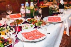 La regolazione di posto della tavola di Natale con il pino di natale si ramifica, nastro ed arco Feste del nuovo anno e di natale Immagini Stock