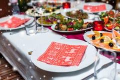 La regolazione di posto della tavola di Natale con il pino di natale si ramifica, nastro ed arco Fotografia Stock