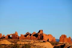 La regolazione di Sun forma un arco sopra il parco nazionale Fotografia Stock