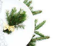 La regolazione festiva della tavola con gli ornamenti di Natale e la copia spaziano la f Immagine Stock Libera da Diritti