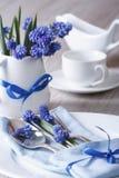 La regolazione festiva della tavola con il blu fiorisce il primo piano Fotografia Stock