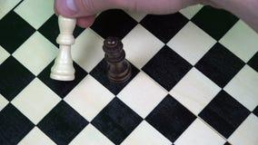 La reina de figuras negras gana un juego del ajedrez tajando del rey blanco metrajes