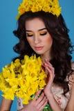 La reina de la primavera con el ramo de narciso amarillo florece Foto de archivo