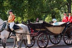 La reina Elizabeth II viaja a lo largo de la alameda en un carro abierto tirado por los caballos, en su manera a la marcha del de fotografía de archivo