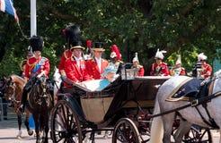 La reina Elizabeth II viaja a lo largo de la alameda en un carro abierto tirado por los caballos, en su manera a la marcha del de foto de archivo libre de regalías