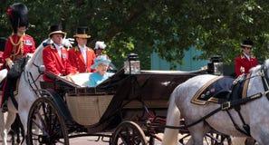 La reina Elizabeth II viaja a lo largo de la alameda en un carro abierto tirado por los caballos, en su manera a la marcha del de imagen de archivo libre de regalías
