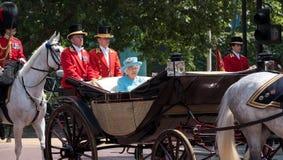 La reina Elizabeth II viaja a lo largo de la alameda en un carro abierto tirado por los caballos, en su manera a la marcha del de imágenes de archivo libres de regalías