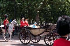 La reina Elizabeth II viaja a lo largo de la alameda en un carro abierto tirado por los caballos, en su manera a la marcha del de foto de archivo