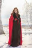 La reina en un vestido rojo con Foto de archivo libre de regalías
