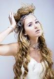 La reina joven de la nieve de la belleza con la corona del pelo en su cabeza, complica fotos de archivo