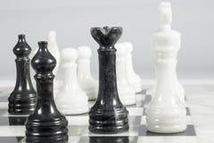 La reina negra da jaque mate Tablero de ajedrez de mármol Fotografía de archivo
