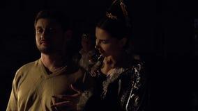 La reina oscura seduce a un hombre contra el rey y la reina brillantes Competencia viva del ajedrez almacen de metraje de vídeo