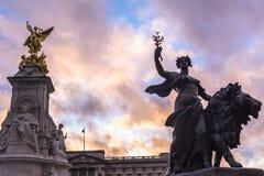 La reina Victoria Memorial La reina Victoria Memorial está situada delante de Buckingham Palace imagen de archivo
