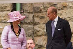 La reina y el príncipe Philip visitan Merthyr Tydfil, el Sur de Gales, Reino Unido fotos de archivo libres de regalías