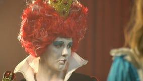 La reine des coeurs est derrière Alice banque de vidéos