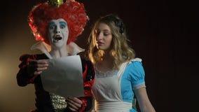 La reine des coeurs lit Alice du pays des merveilles banque de vidéos