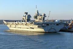 La Reine Elizabeth de HMS dans le port de Portsmouth Image libre de droits