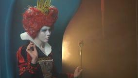 La reine majestueuse des coeurs se dirige avec un sceptre clips vidéos