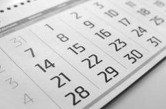 La rejilla blanco y negro del calendario está en la tabla fotos de archivo libres de regalías