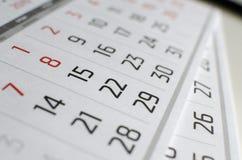 La rejilla negra y roja del calendario está en la tabla imagenes de archivo