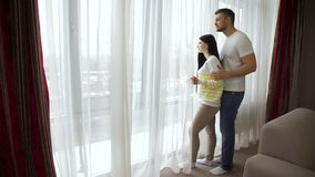 La relación romántica de los pares feliz junta abraza almacen de metraje de vídeo