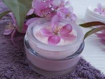 La relajación cosmética poner crema florece el producto orgánico de la salud de la protección del tratamiento de la belleza hecho Imagenes de archivo