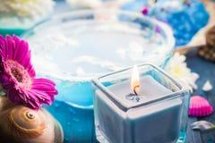 La relajación del balneario de los elementos incluyendo velas riega el baño de la sal fotografía de archivo libre de regalías