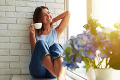 La relaxation parfaite de matin avec une tasse de café d'arome images stock