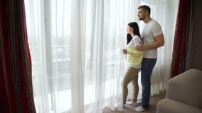 La relazione romantica delle coppie felice abbraccia insieme video d archivio