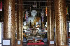 La religión del viaje del oro de dios del budismo del templo de Buda Tailandia foto de archivo