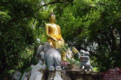 La religion de voyage d'or de Dieu de bouddhisme de temple de Bouddha Thaïlande photos stock