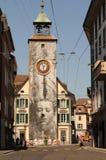 La reloj-torre en Vevey-ciudad en el lago Lemán imagenes de archivo
