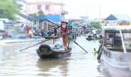 La rematura del traghettatore prende gli ospiti attraverso il fiume al mercato di galleggiamento di visita Fotografie Stock Libere da Diritti