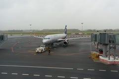 La remolque del coche mueve el avión de Aeroflot en el aeropuerto Khrabrovo Imagenes de archivo
