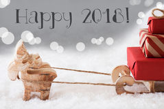 La renna con la slitta, fondo d'argento, manda un sms a 2018 felice Fotografia Stock