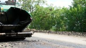 La reparación de una carretera, en el camino allí es una técnica especial para poner un nuevo pavimento fresco del asfalto, cubri almacen de video