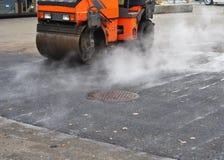 La reparación del camino, compresor pone el asfalto imagen de archivo