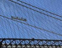 La reparación del equipo de los trabajadores de construcción telegrafía en el puente de Brooklyn Imagenes de archivo