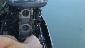 La reparación del motor externo para el barco marino metrajes