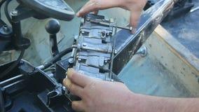 La reparación del motor externo para el barco marino almacen de video