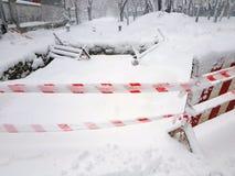La reparación y la precaución del camino cercadas en nieve Fotografía de archivo libre de regalías
