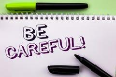 La représentation conceptuelle d'écriture de main fasse attention Le soin d'avertissement de présentation d'avis d'une attention  photos stock