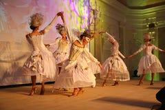 La représentation d'étape du restaurant classieux les danseurs de palais d'été dansent l'exposition du style de groupe d'ensemble Images libres de droits
